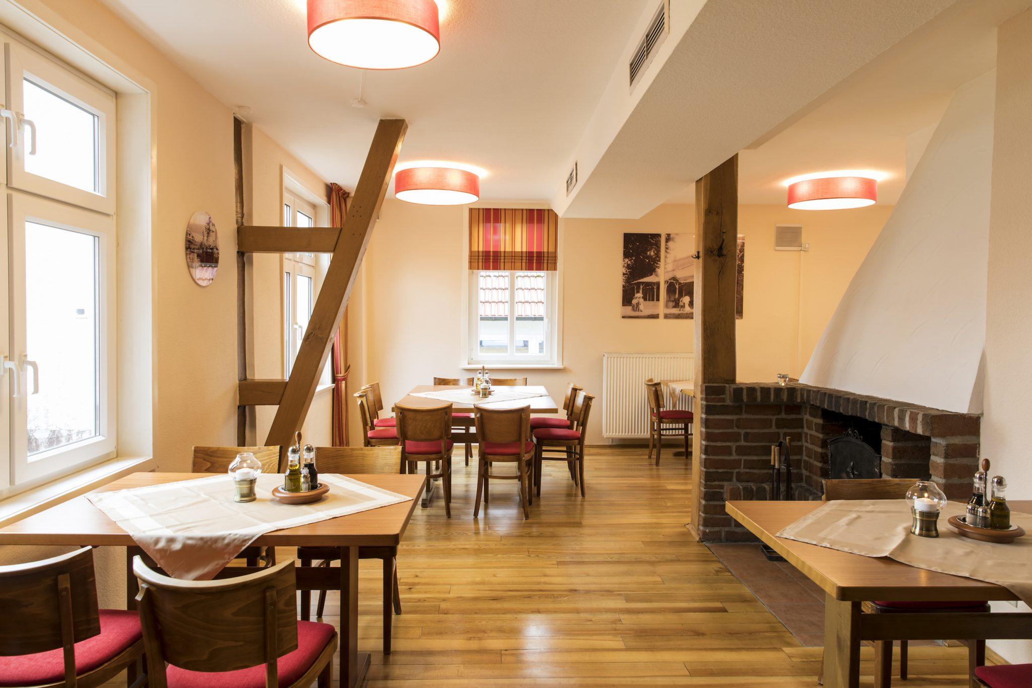 Im Kaminzimmer des Restaurants Zimmermanns in Bad Wildungen kann man in gemütlicher Atmosphäre speisen