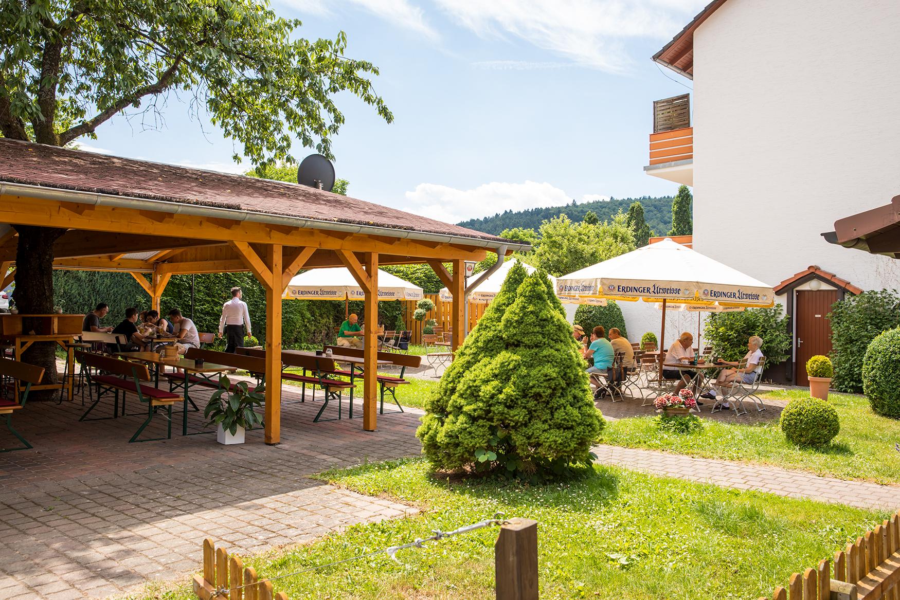 Der Biergarten des Restaurants Zimmermanns für Restaurantgäste in der Nähe von Bad Wildungen ist teilweise überdacht